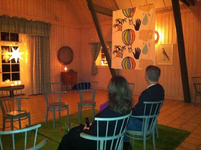 Lennart och Christine väntar in övriga deltagare i samlingsrummet på Wallby Säteri